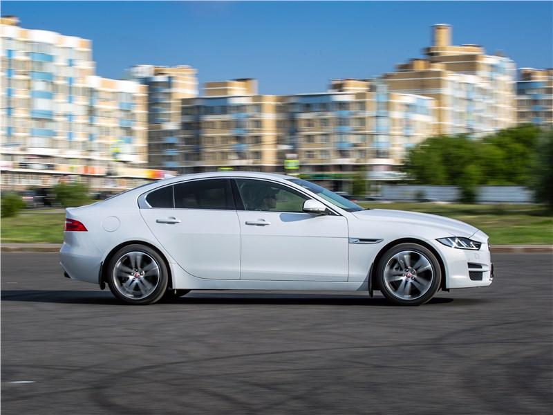 Jaguar XE 2016 вид сбоку