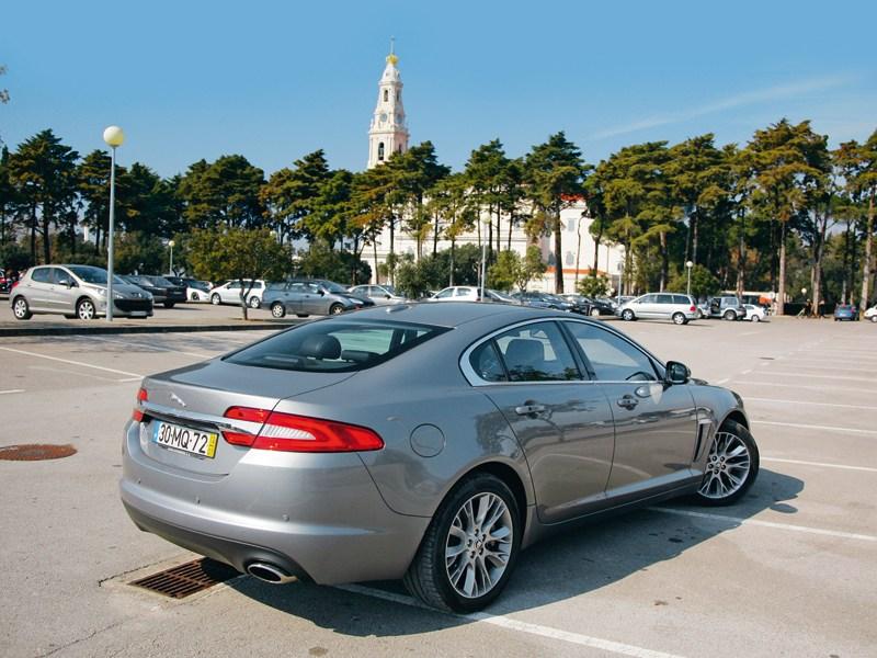 Jaguar XF 3.0D вид сзади