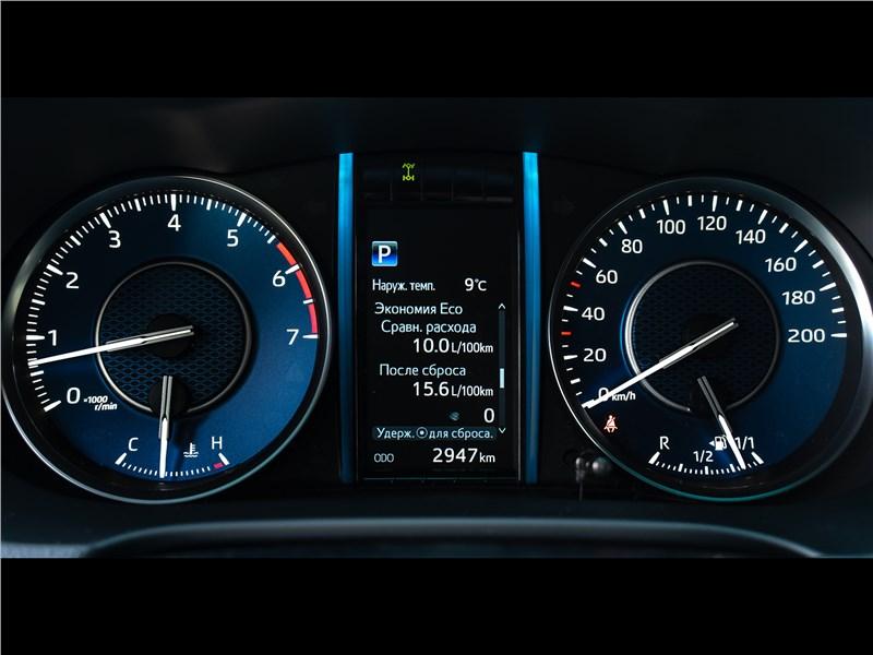 Toyota Fortuner (2021) приборная панель