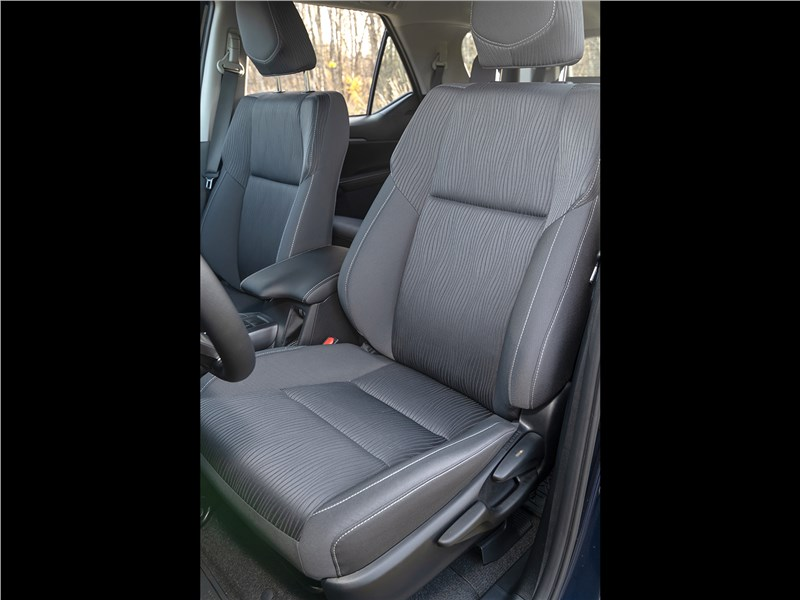 Toyota Fortuner (2021) передние кресла