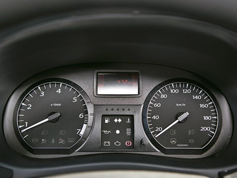 Lada Largus 2012 приборная панель