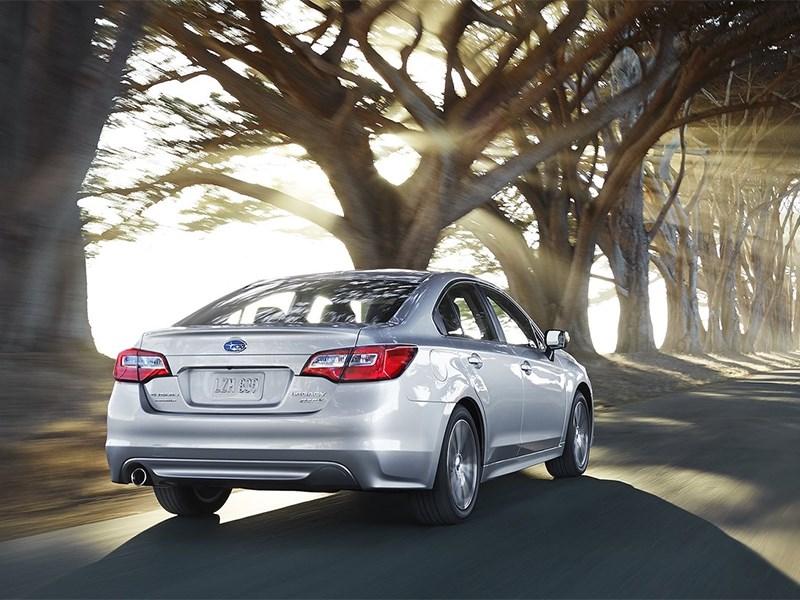 Subaru Legacy 2014 вид сзади сбоку