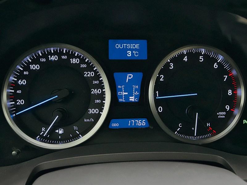 Lexus IS-F 2011 приборная панель