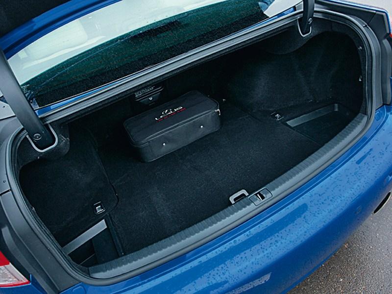 Lexus IS-F 2011 багажное отделение