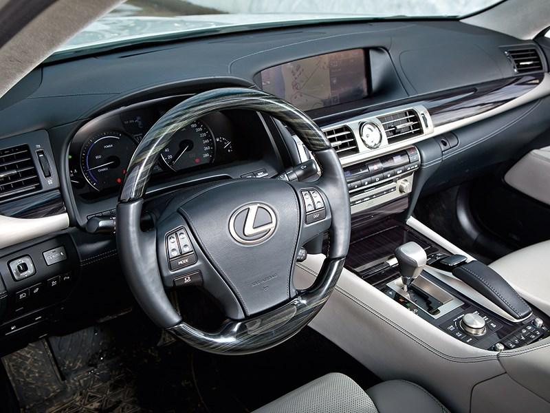 Lexus LS 600h L 2012 водительское место