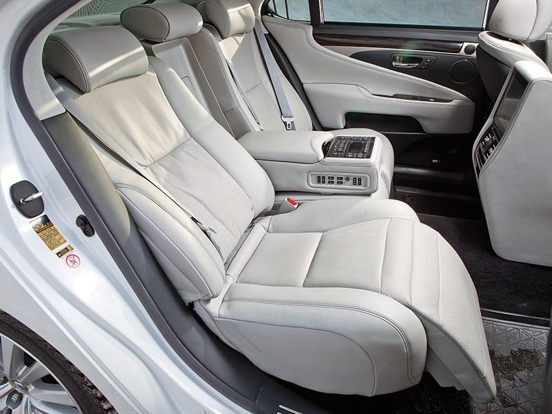 Lexus LS 600h L 2012 задние кресла