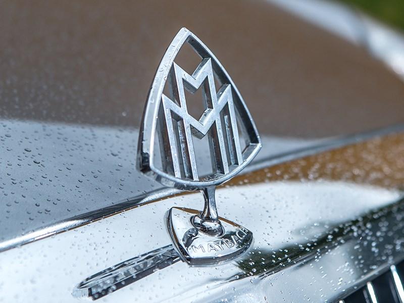 Логотип Maybach на капоте
