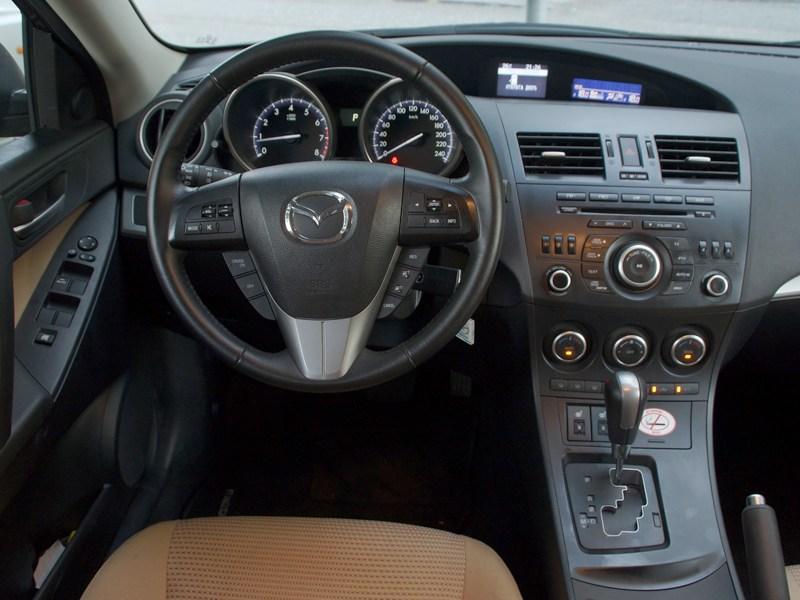 Mazda 3 2011 водительское место