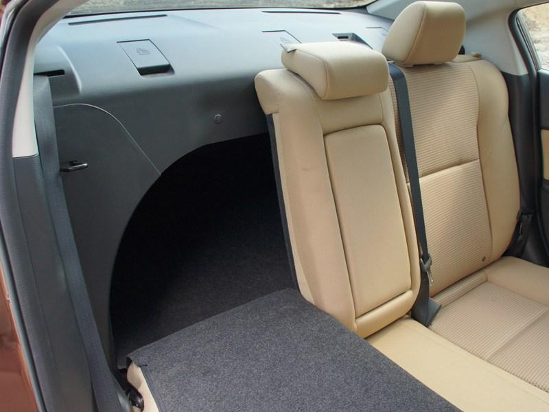 Mazda 3 2011 задние сидения