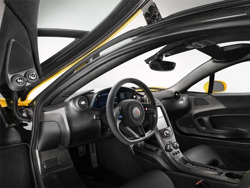 McLaren P1 2013 водительское место