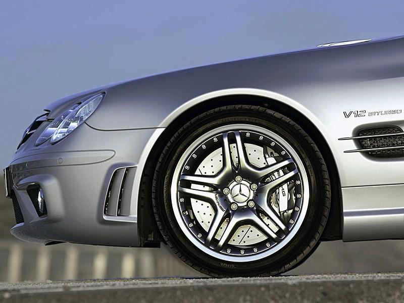 Mercedes-Benz SL65 AMG 2006 имеет мощнейшие тормозные механизмы с перфорированными дисками