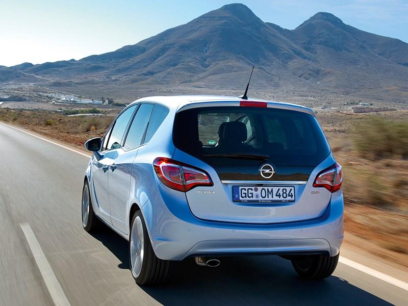 Opel Meriva 2013 вид сзади на дороге