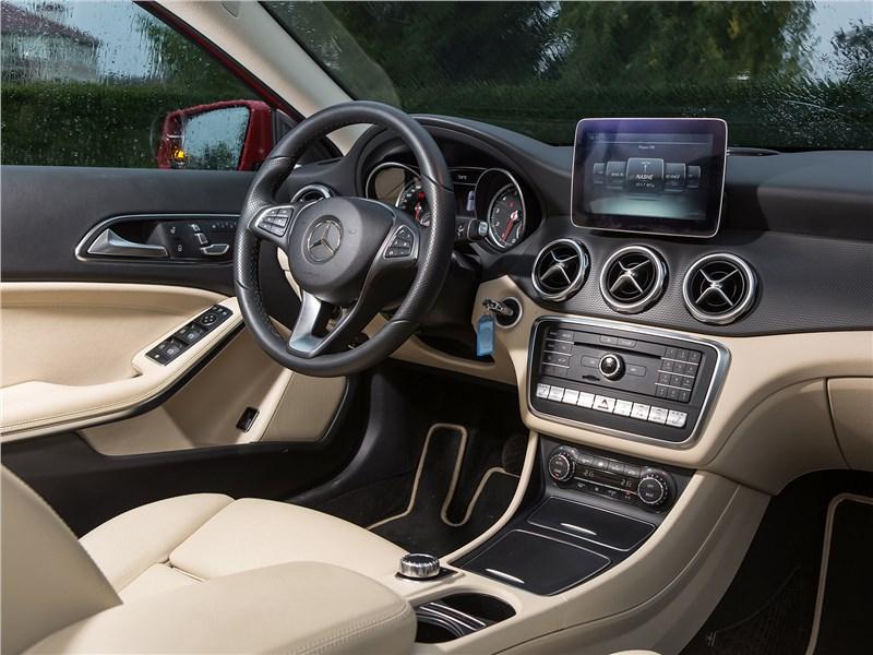Mercedes-Benz GLA-klasse 2017 салон