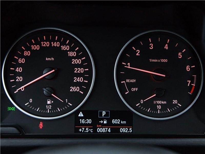 Mercedes-Benz GLA-klasse 2017 приборная панель