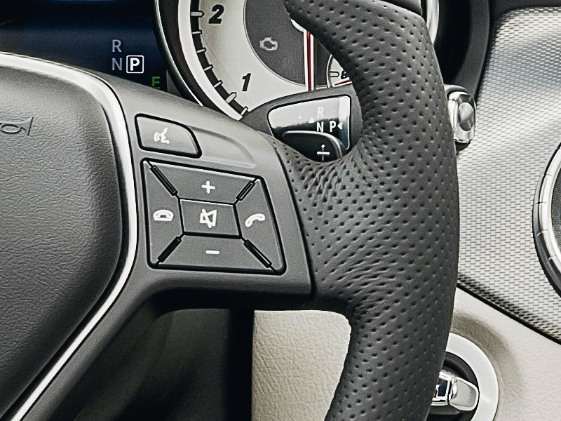 Mercedes-Benz CLA-Klasse 2013 кнопки управления на руле