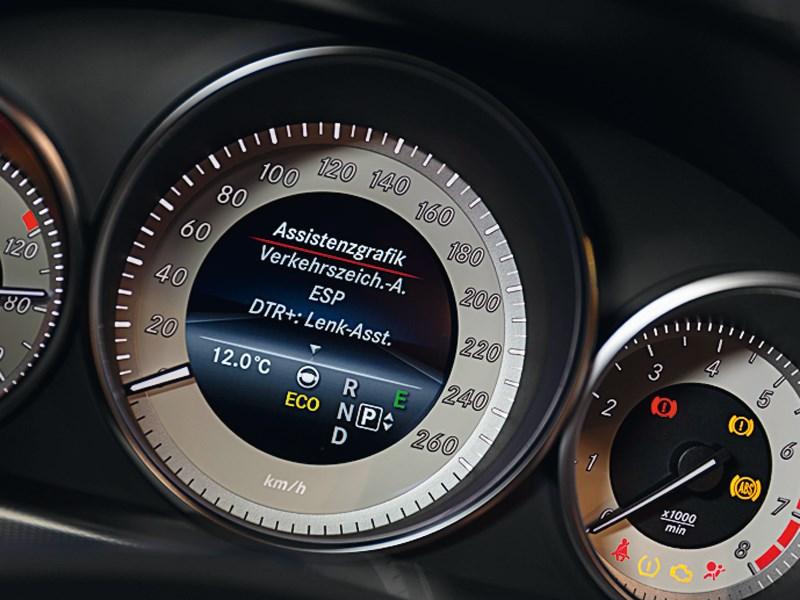 Mercedes-Benz E-Klasse 2013 приборная панель