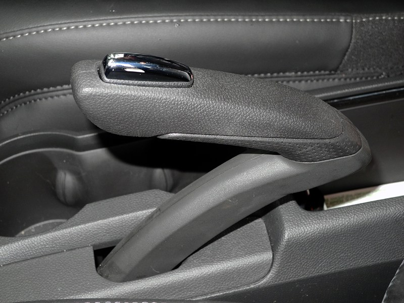 Opel Mokka 2012 рычаг «ручника»