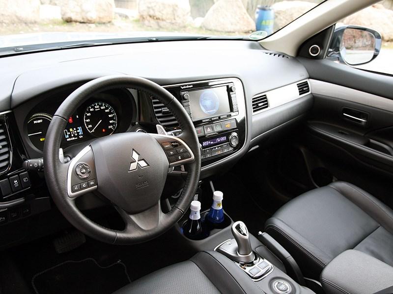 Mitsubishi Outlander PHEV 2014 водительское место
