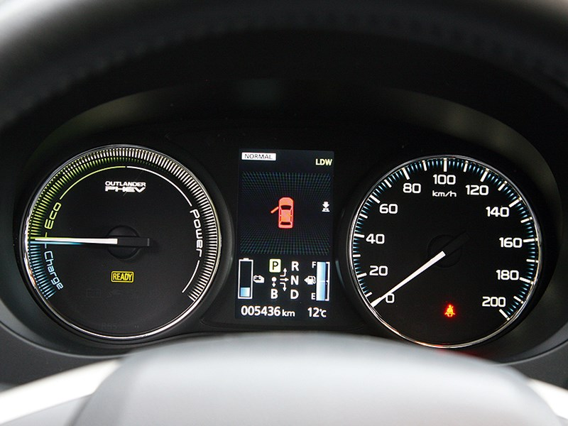Mitsubishi Outlander PHEV 2014 приборная панель