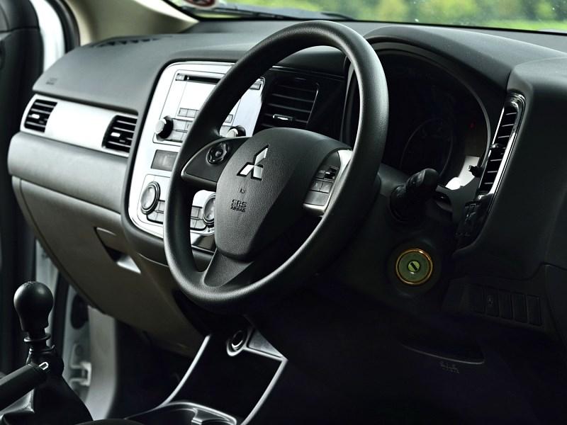 Mitsubishi Outlander Commercial 2013 водительское место