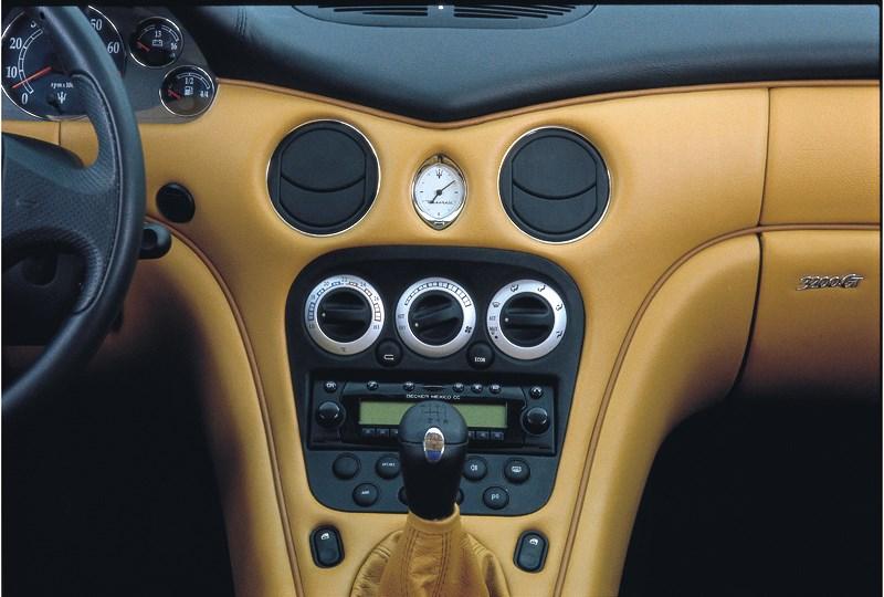 Управление климатом и аудиосистемой в Maserati 3200 GT