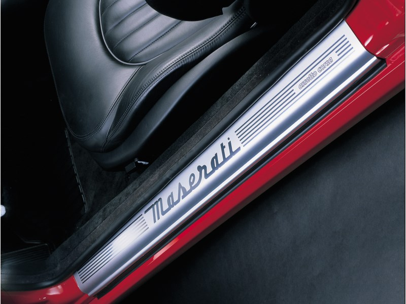Фирменный логотип на порогах Maserati 3200 GT Assetto Corsa