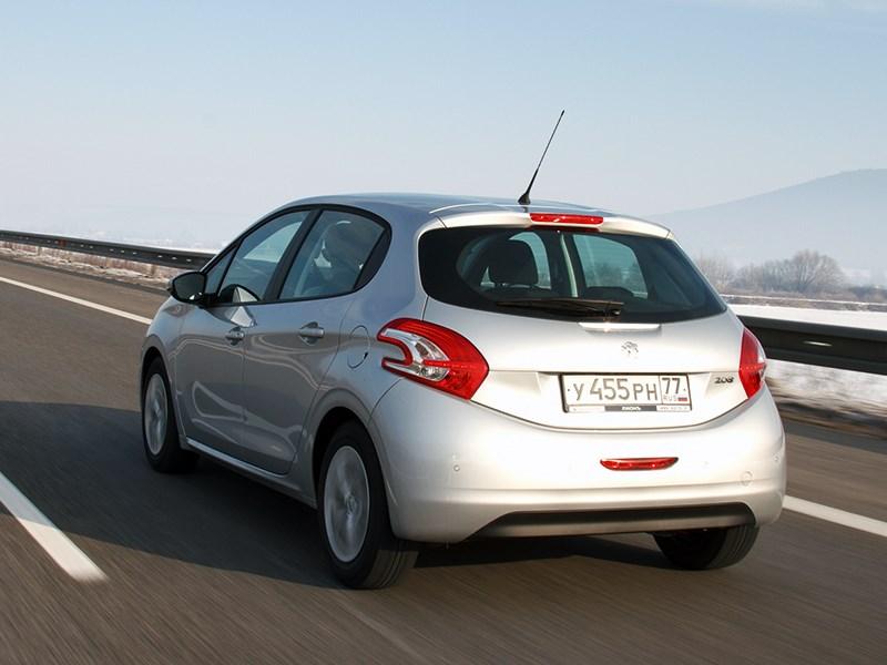 Peugeot 208 2013 вид сзади на шоссе