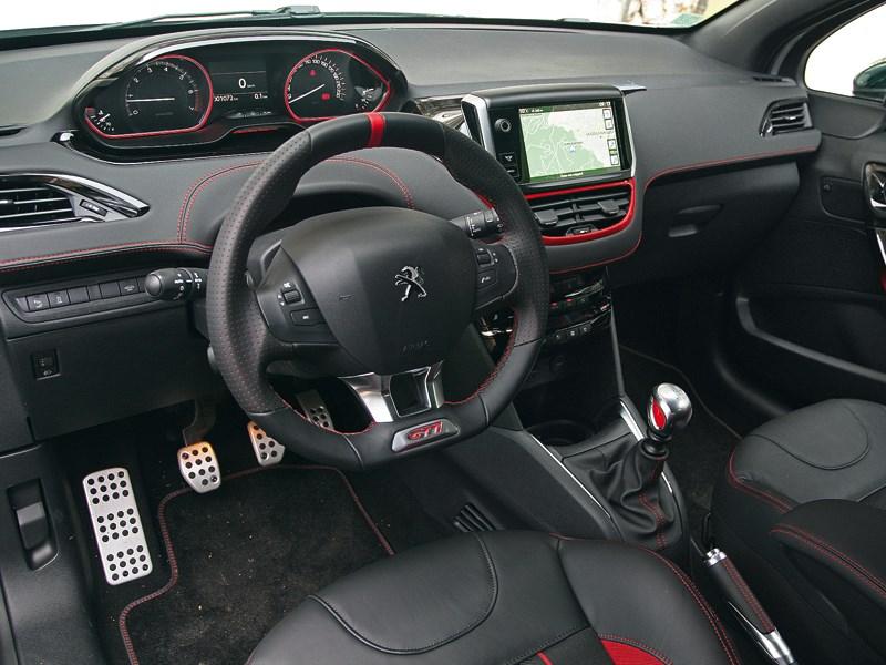 Peugeot 208 GTi 2013 водительское место