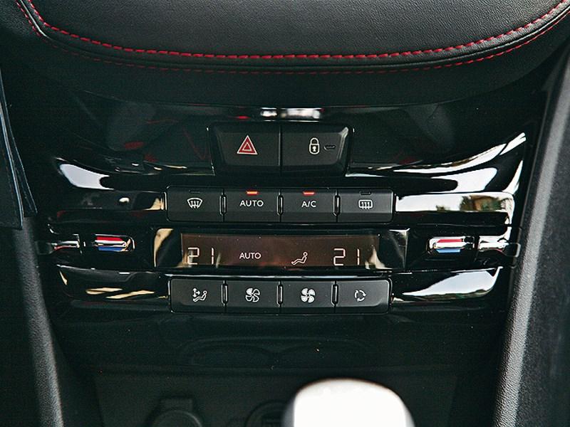 Peugeot 208 GTi 2013 центральная консоль