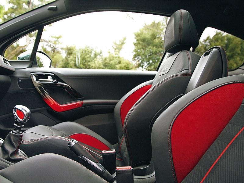 Peugeot 208 GTi 2013 передние кресла
