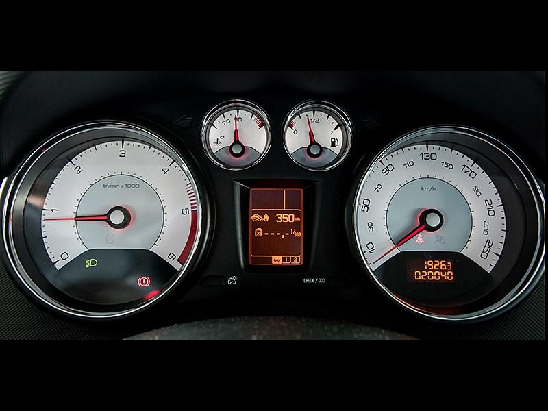 Peugeot 408 2011 приборная панель