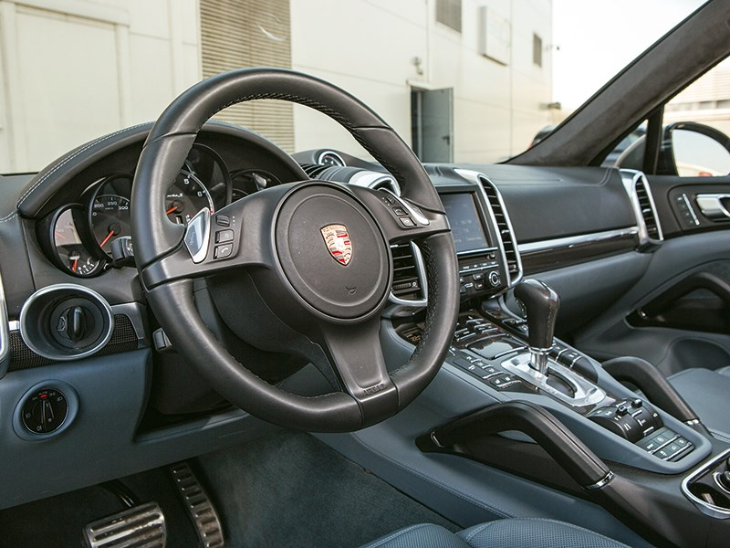 Porsche Cayenne Turbo S 2013 водительское место