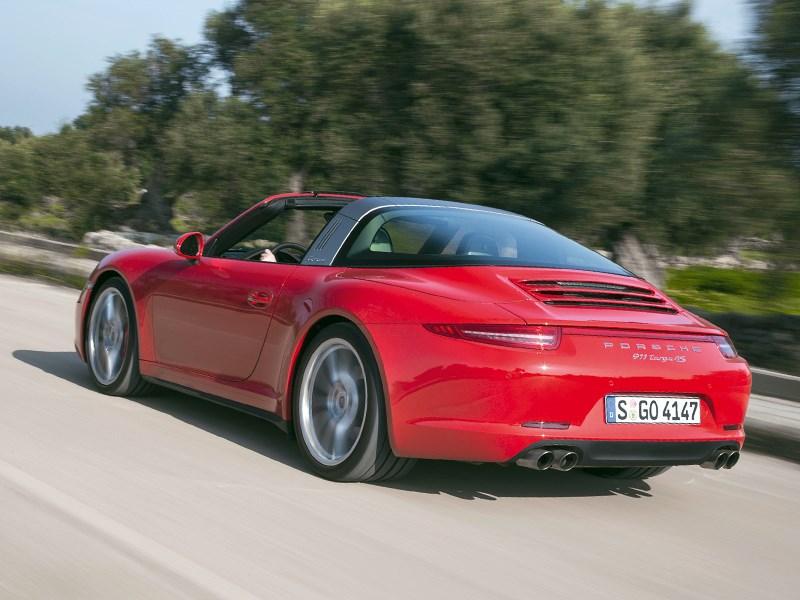 Porsche 911 Targa 2014 вид сзади на дороге