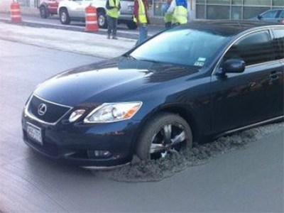 Строители случайно забетонировали 10 припаркованных машин