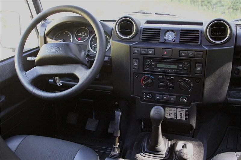 Land Rover Defender 2011 водительское место