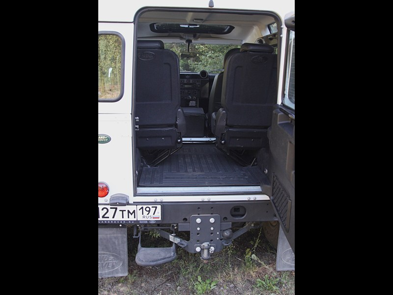 Land Rover Defender 2011 багажное отделение