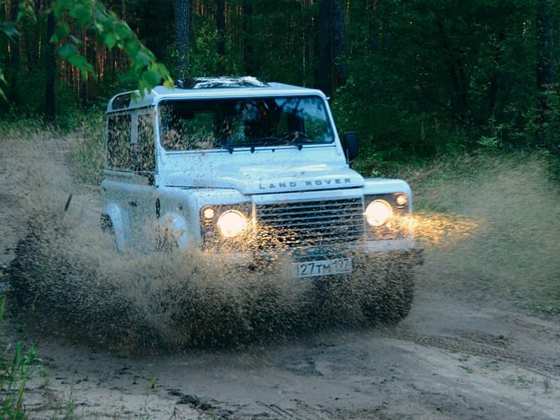 Land Rover Defender 2011 вид спереди