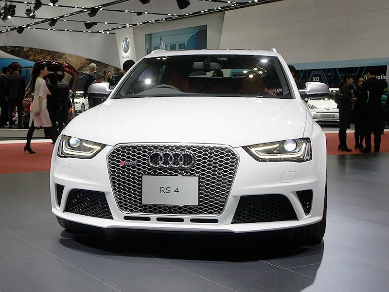 Audi RS4 2013 вид спереди