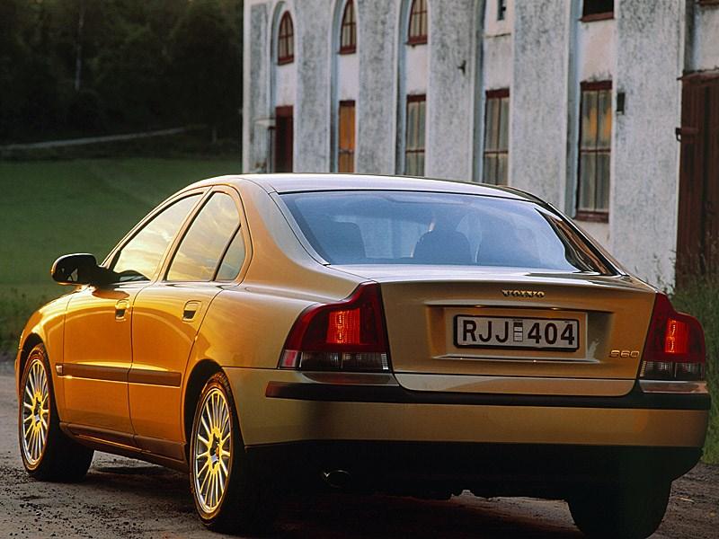 Volvo S60 2000 вид слева сзади фото 1