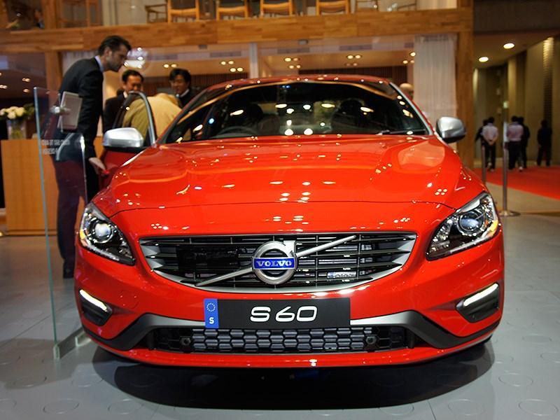 Volvo S60 2014 вид спереди
