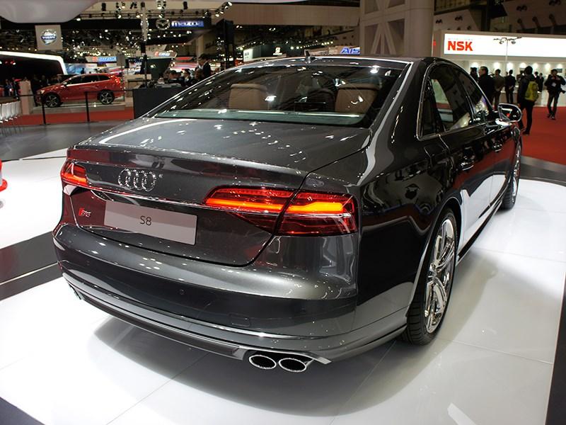 Audi S8 2013 вид сзади