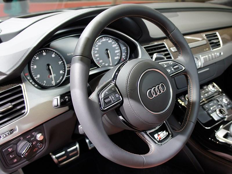 Audi S8 2013 водительское место