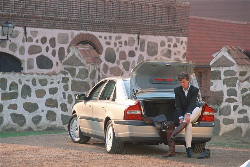 Volvo S80 2000 имеет удобный и вместительный багажник