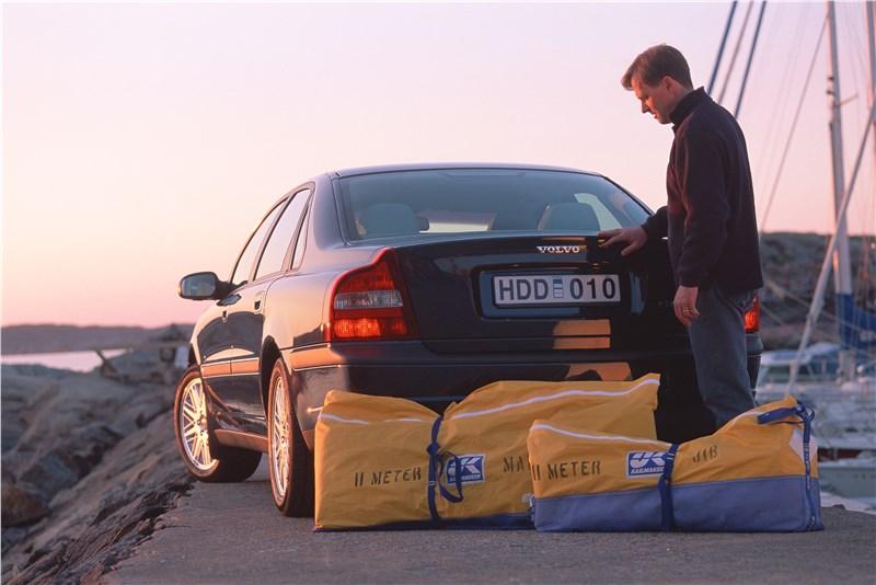 Volvo S80 2000 обладает вместительным багажником