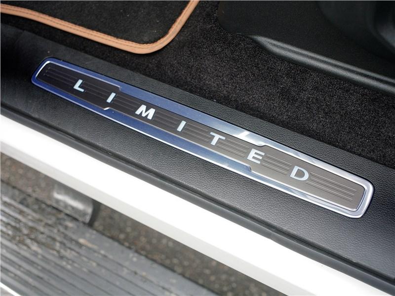 Ford F-150 2016 декоративная надпись Limited на порогах