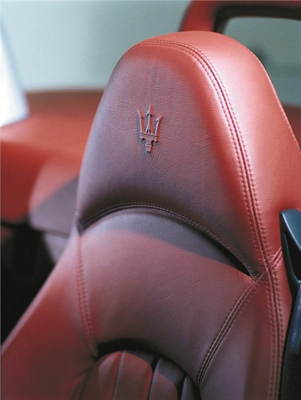 Maserati Spyder фирменная эмблема на подголовниках сидений