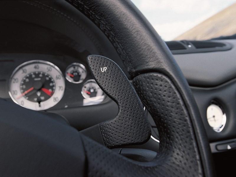 Правый подрулевой флажок на Maserati Spyder отвечает за переключение передач вверх