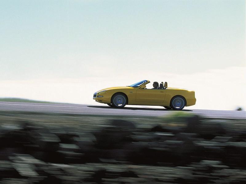 Maserati Spyder на шоссе в горах