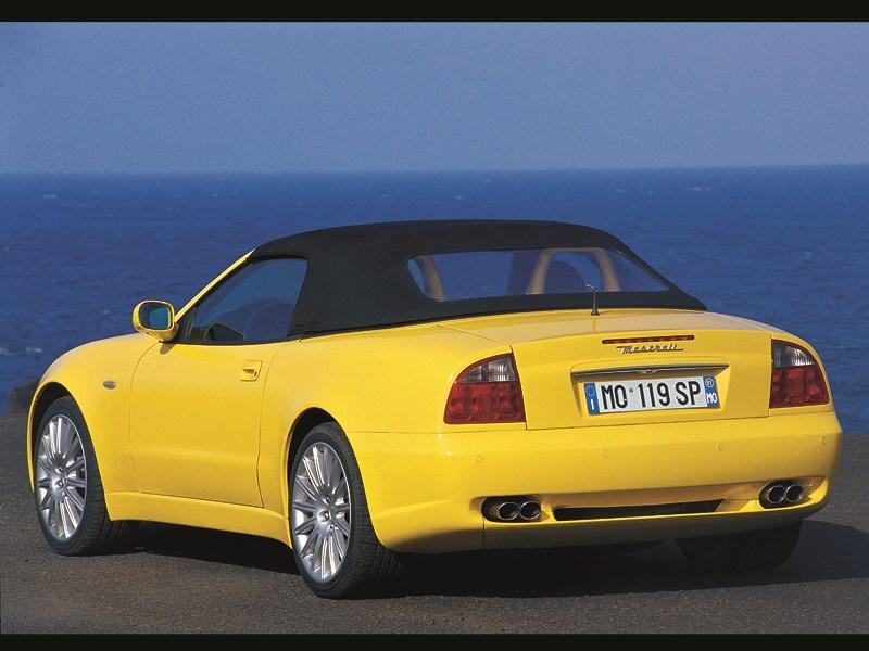 Maserati Spyder вид сзади с закрытой крышей