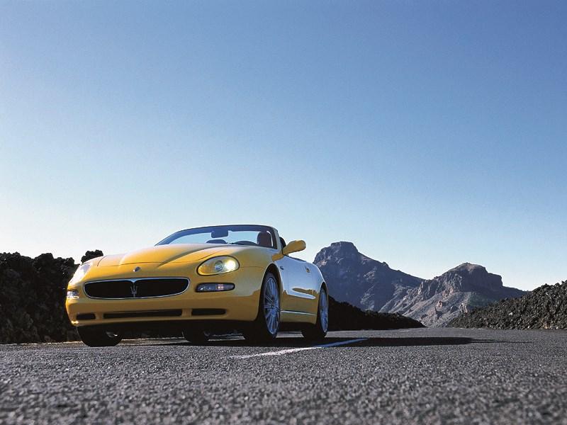 Maserati Spyder на фоне горных пиков